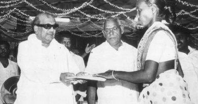 Karunanidhi haciendo entrega de un lote de tierra a una campesina.